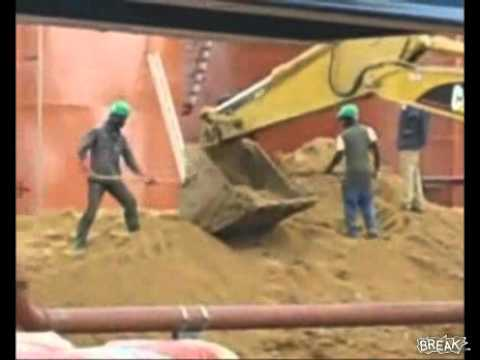 Cameroonian thugs chase chinese workers